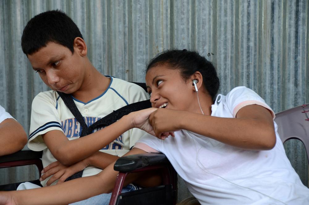 Ana Teresa y Jayson, hijos de Yadira y Henry, afuera de su casa en Managua (2012). Foto de Elizabeth Kay.
