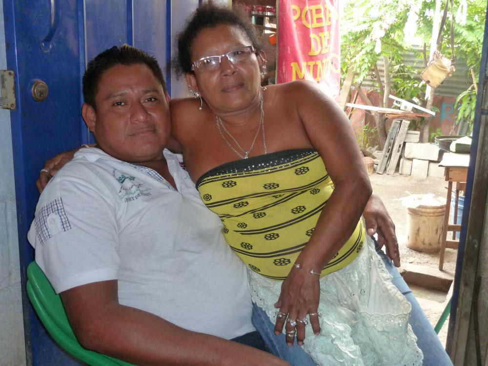 Julio y su compañera Aryeri en su casa de Managua (2014). Foto de Douglas Haynes.