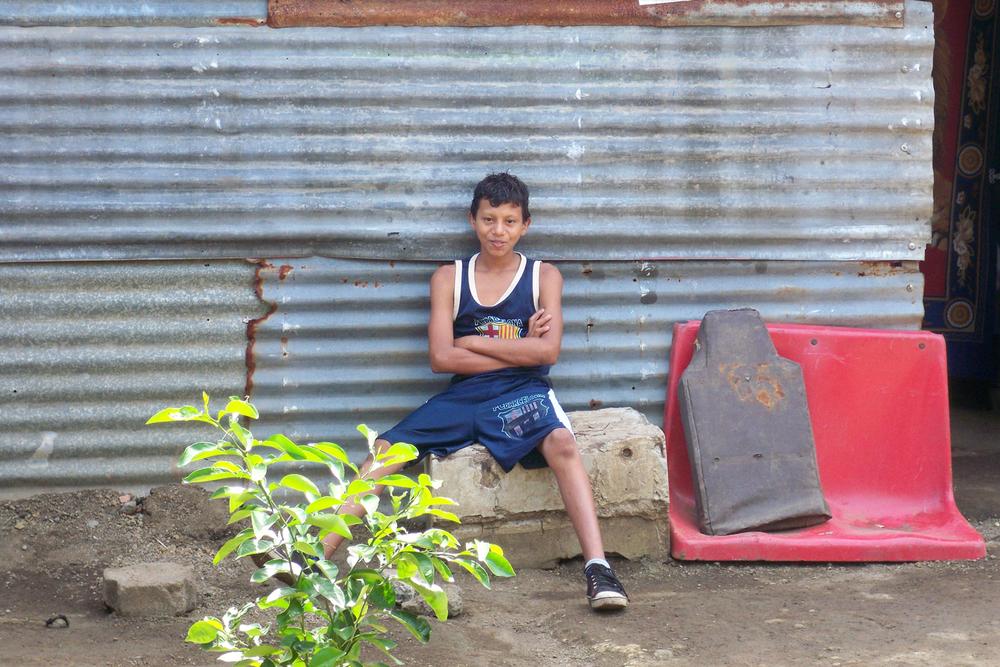 El sobrino de Yadira, Byron, frente a su casa de Managua (2013). Foto de Douglas Haynes.