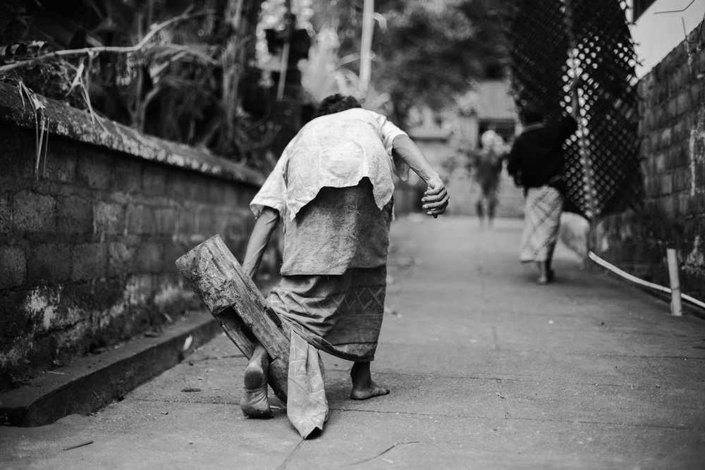 "Ketut walk with the ""pasung"" on his feet"