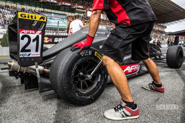 第一次在賽道上看著技工換輪胎,末發現原來胎原來可以好快!