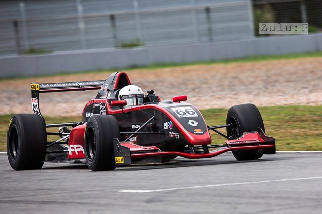 第一次拍攝方程式賽車才發現比想像中難得多,因為實在非常高速!