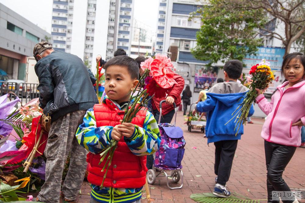 門外幾十個花牌,大部分都非廉價貨,老闆娘趁著花仍未凋謝,隨即邀街坊取花。