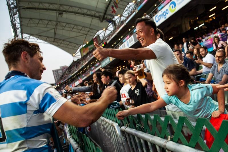 阿根廷球員宛場後接觸球迷,有球迷豎起姆指鼓勵
