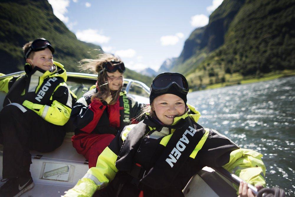 praktisk informasjon - Tid/periode: 2 timar og 15 min. (Flåm - Gudvangen - Flåm)1. Juni 2019 - 31. August 2019:Kl. 09:30-11:45, 11:00 -13:15, 13:50 - 16:05, 17.10 – 19.25.Oppmøte: 20 minutt før avgang i FjordSafari resepsjonPris: Vaksne kr. 860,- / Barn kr. 640,- (Barn under 4 år gratis)