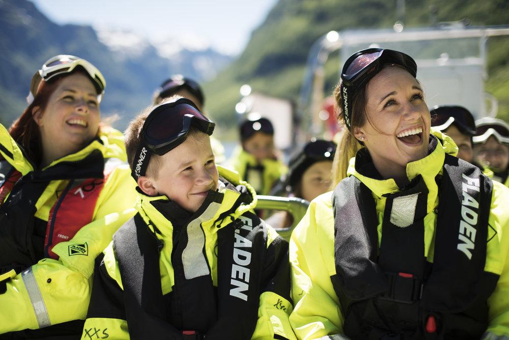 praktisk informasjon - Tid/periode: 1 time og 30 min. (Flåm - Sagfossen - Flåm)1. Juni 2019 - 31. August. 2019Kl. 09:00 - 10:30, 10:00 - 11:30 og 15:00 - 16:30.Oppmøte: 20 minutt før avgang i FjordSafari resepsjonPris: Vaksne kr. 710,- / Barn kr. 530,- (Barn under 4 år gratis)