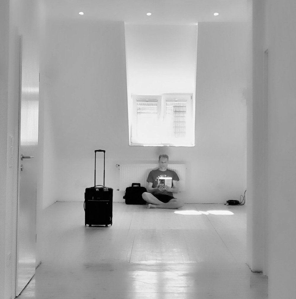 Der Aufbruch wird sichtbar: Robert in seiner leeren Wohnung.