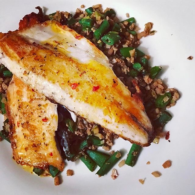 Fantastic healthy dinner using cauliflower fried rice with egg, green veggies and soy sauce together with the king of fish #seabass #lowgi #lowgidiet #pcos #pcostips