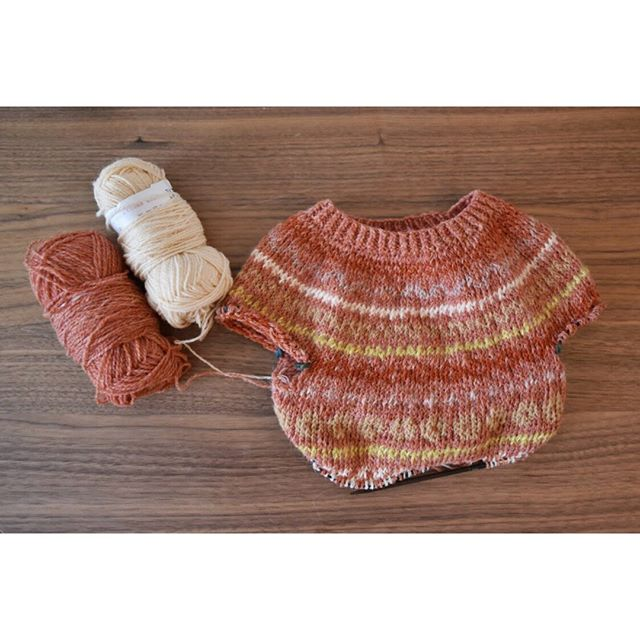 mini cartography progress ⠀⠀⠀⠀⠀⠀⠀⠀⠀ ••••••••••••••••••••••••••••••••••••••••••••••••••••••⠀⠀⠀⠀⠀⠀⠀⠀⠀ #doitfortheprocess #babysweater #babyknits #modernmaker #craft #diy #wip #playingwithcolor #knittersofinstagram #knitting #jamiesonandsmith #fairisle #yarn #wool #shetlandwool #mohair #abmcrafty #abmcolor #knitted #handknit #knittinginspiration #yesweknit #weareknitters #madebyhand #handmadewardrobe #cartographysweater #tincanknits #strangebrew #makenine2019 #makenine