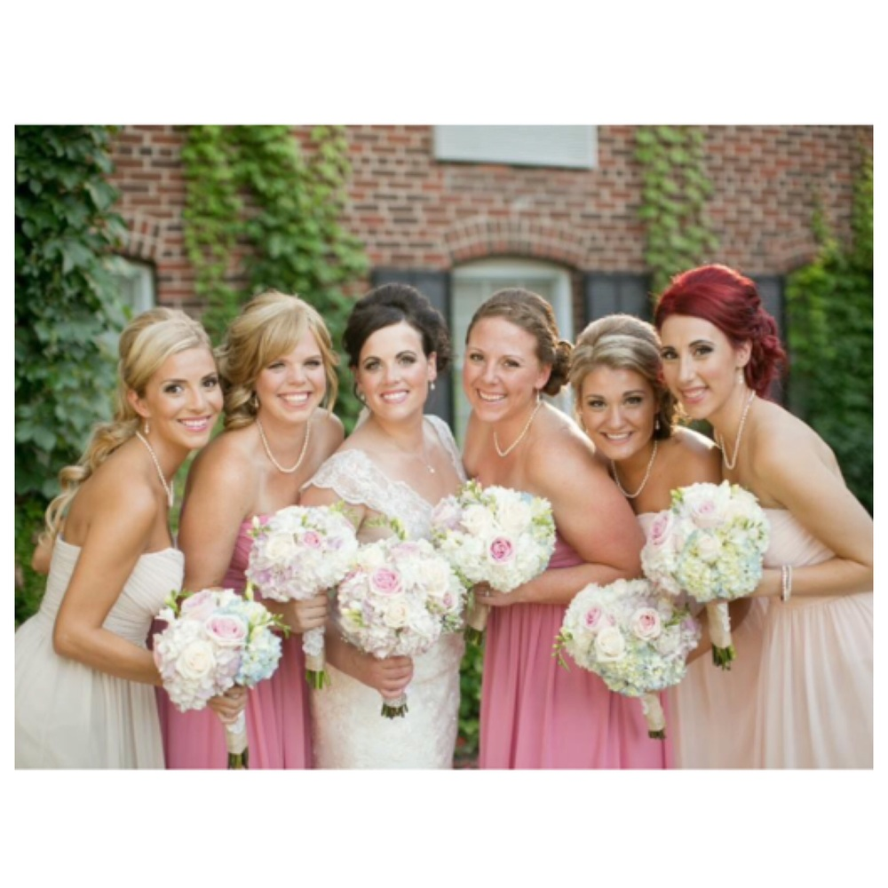 Beautiful bride Stephanie & her lovely Wedding Party.  Photo source- www.richellehunter.com