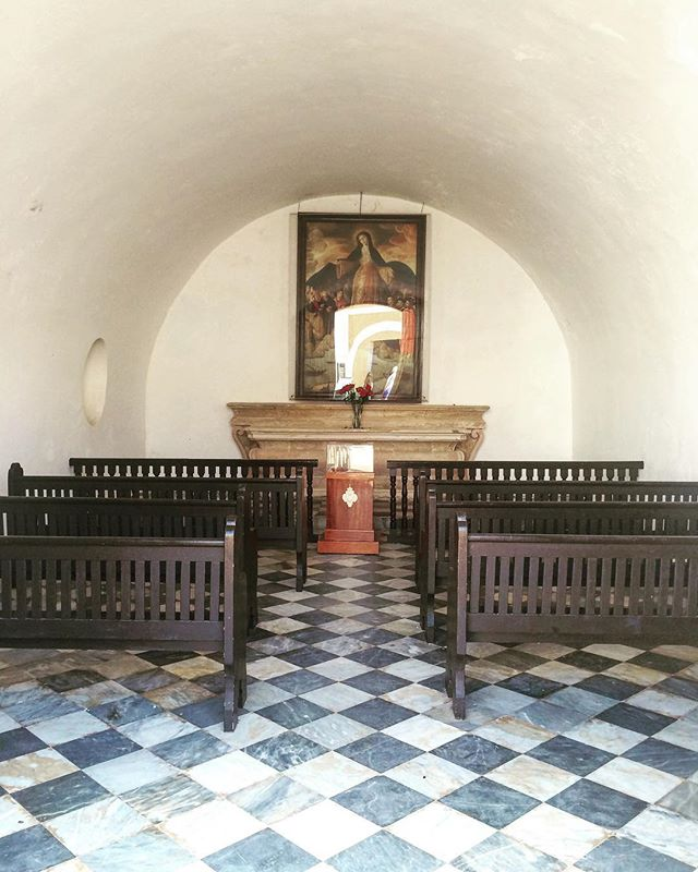 Sacred Space | The Chapel at Castillo San Felipe, 16th century ⛪️ . . . #puertoricolove #sacredspace #symmetricalassymetry #contrast #arch