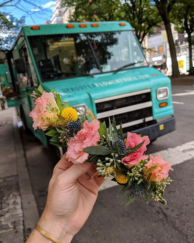 Flower Crown Friday🚐👑🌸 A little FBF to warmer days🌿 • #uprootedflowertruck #flowercrown #friday #fall #rainydays