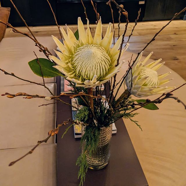 Back from holiday to prep for our last wedding of the year! 🎉🗽🥂#nyewedding #nycwedding #nycweddingflorist #batterygardenswedding #firstmondaywedding #kingprotea #pussywillow #floweraccount #nycflowers #nycoffice