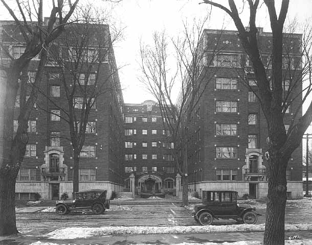 The Commodore exterior with 1920s cars