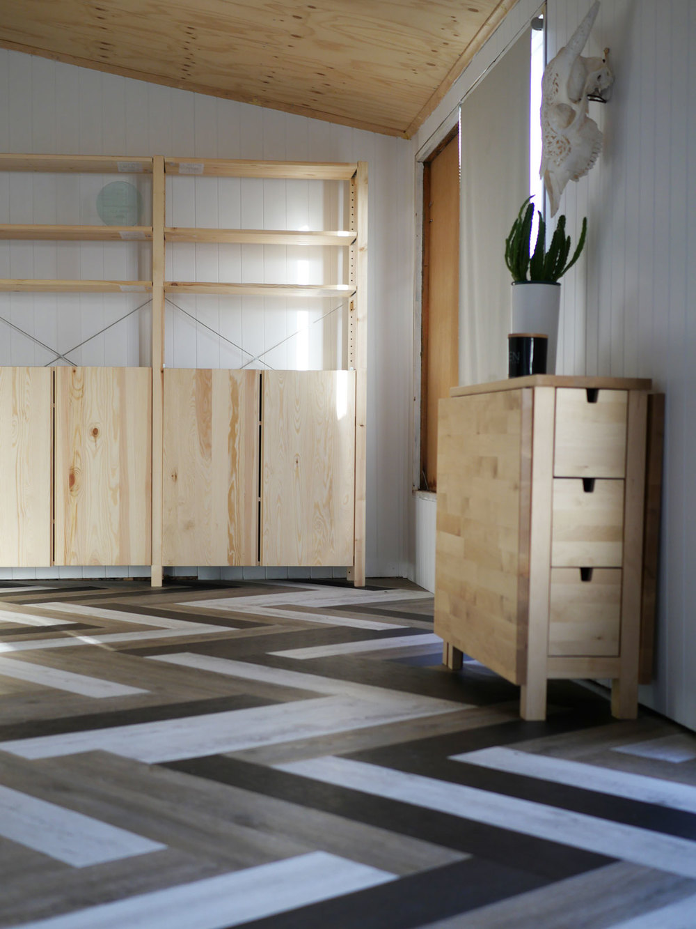 Oh yes she diyd herringbone floors with vinyl stick down planks how to herringbone floor dailygadgetfo Image collections