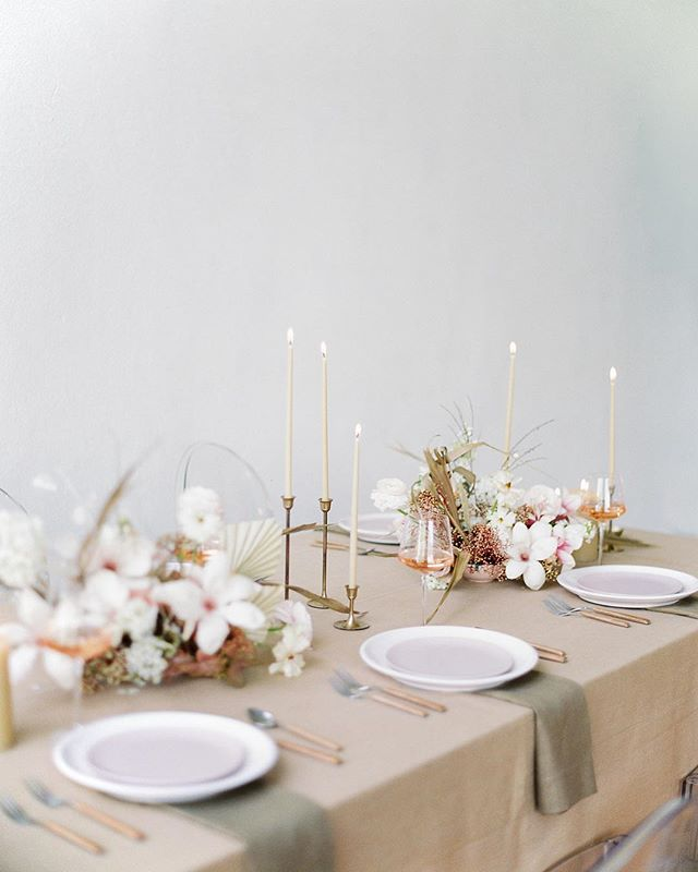 Beautiful tablescape done by the talented @laurasfloras. #michellewhitephoto