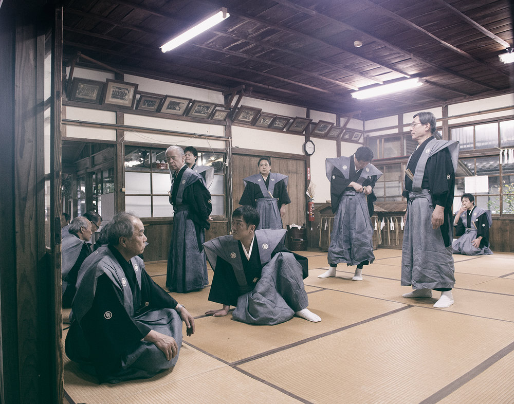 Ujiko people during the Aofushigaki Ritual. Ujiko are dedicated to the belief in and worship of the shrine and they play a crucial part in the rituals at Miho Shrine. This status has been passed down through the generations for hundreds of years.