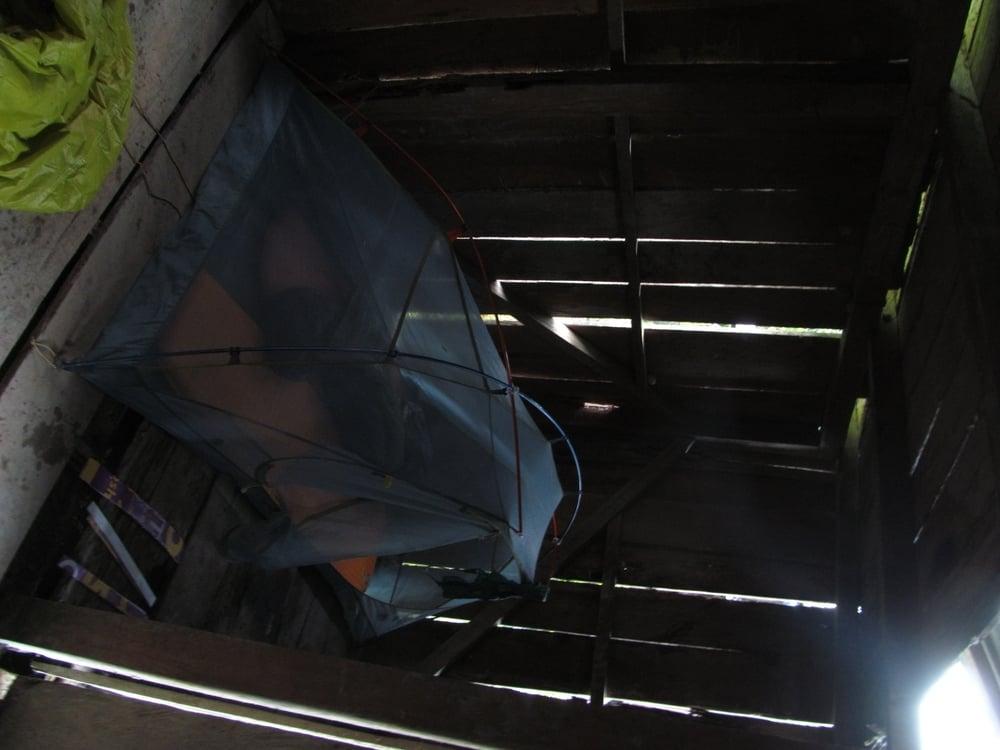 Una noche cuando habia mucho luvia nos quedamos en una cabaña de madera. Estaba seca y mas cómoda que en cualquier otro.