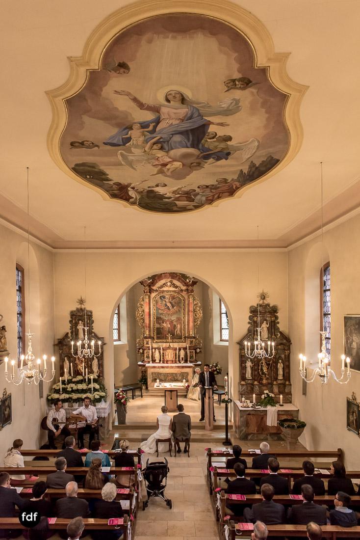 Hochzeit-im-Mai-Reportage-Kirche-510.jpg