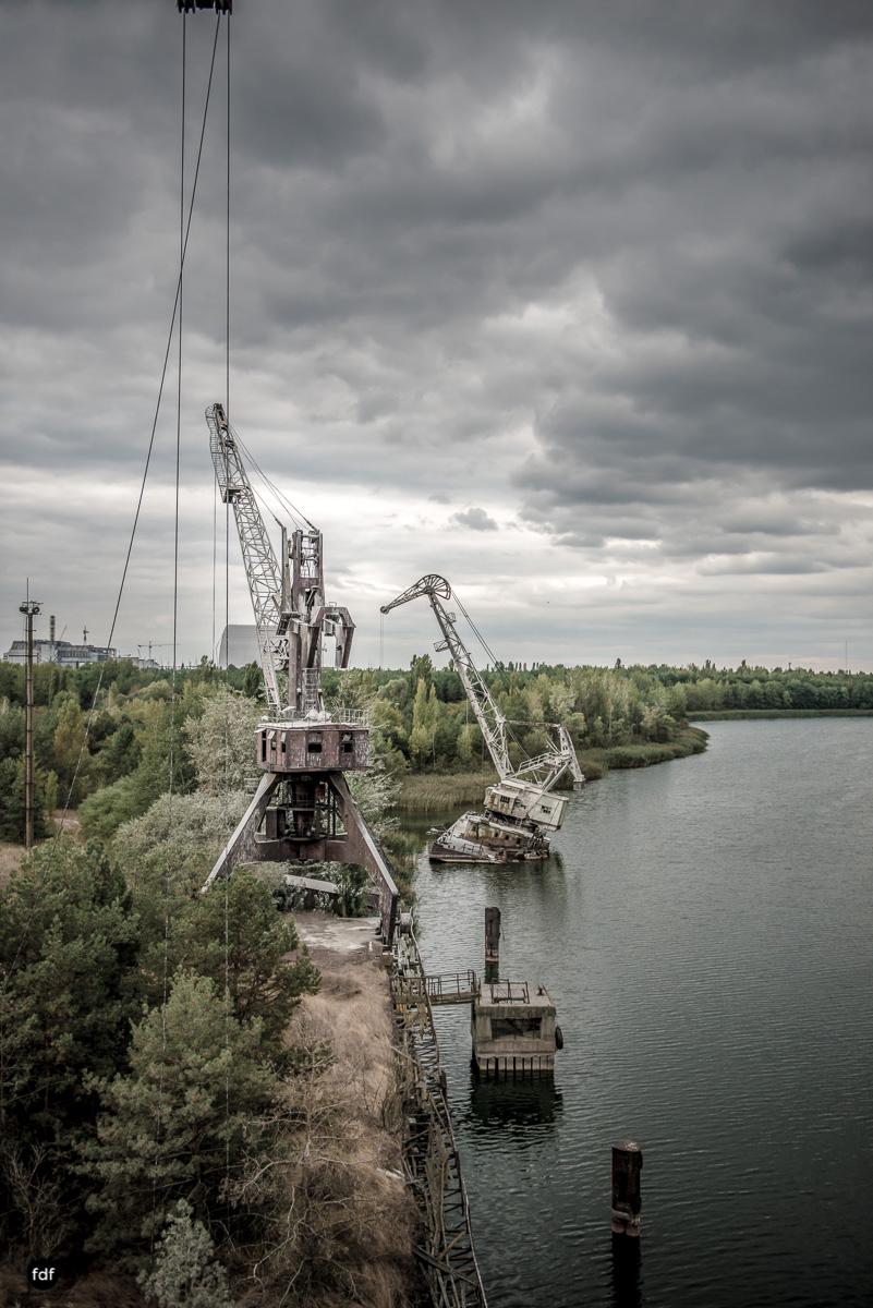Tschernobyl und Prypjat-Frachthafen-Kräne-Lost Place-Ukraine-16.JPG
