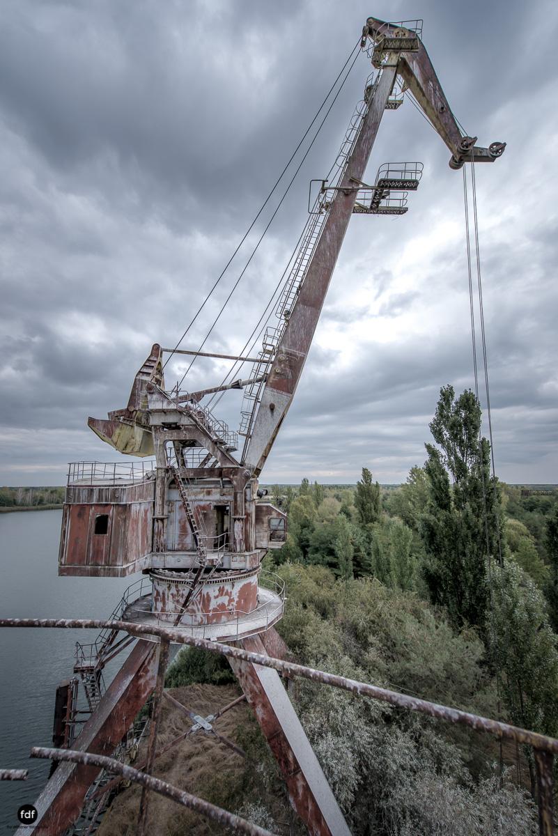Tschernobyl und Prypjat-Frachthafen-Kräne-Lost Place-Ukraine-19.JPG