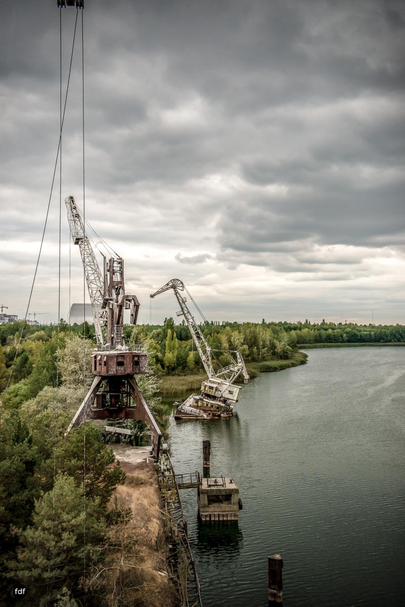 Tschernobyl und Prypjat-Frachthafen-Kräne-Lost Place-Ukraine-21.JPG