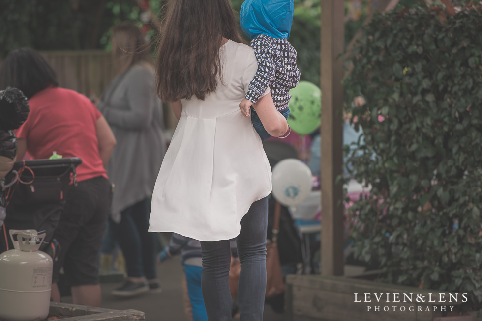 mum with baby Rainbows End birthday party {Auckland lifestyle event-family-kids photographer}