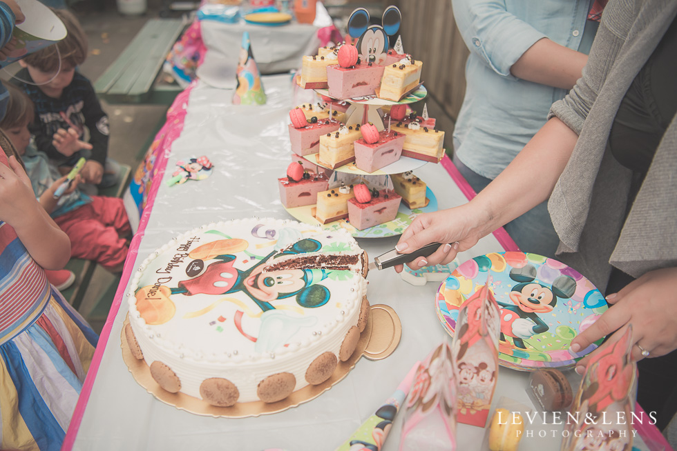 cutting cake - Rainbows End birthday party {Auckland lifestyle event-family-kids photographer}