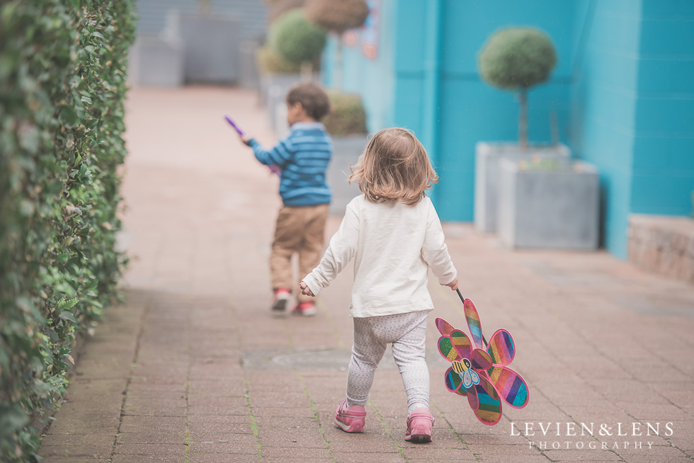 kids walking - Rainbows End birthday party {Auckland lifestyle event-family-kids photographer}