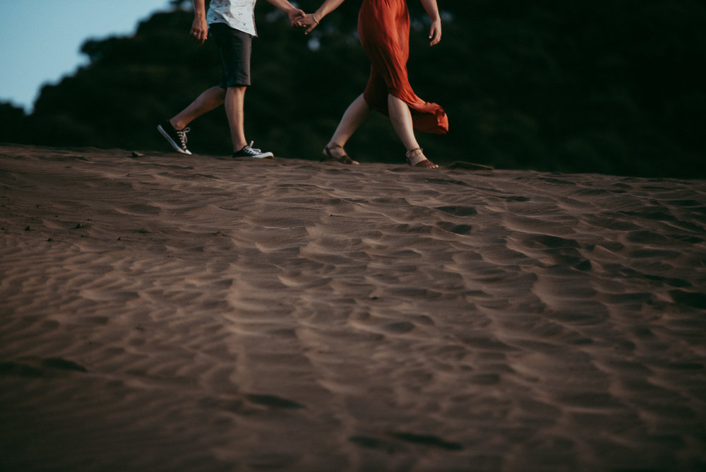 beach Bethells Lake {West Auckland} engagement | pre-wedding photo shoot {New Zealand weddings photographers}