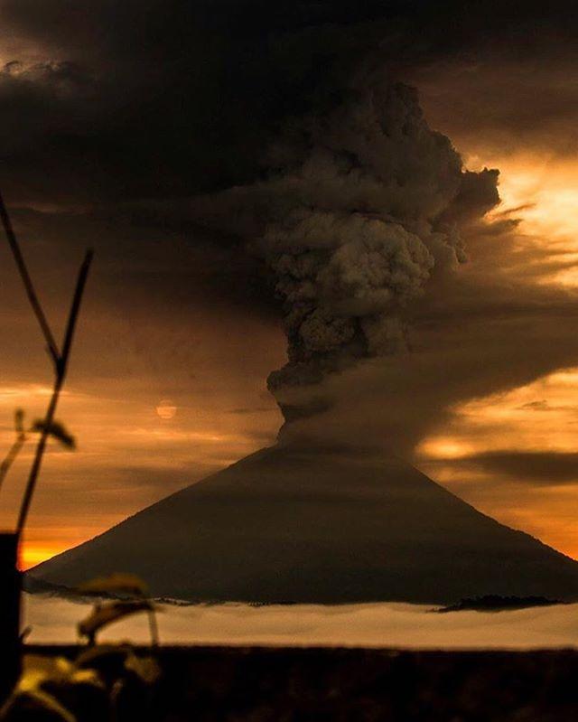 Savage nature. Photography by @flamingoamigos . . . #savage #wild #nature #wildnature #volcano #eruption #paradise #beauty #photo #photography #naturephotography #prayforbali #bali #indonesia