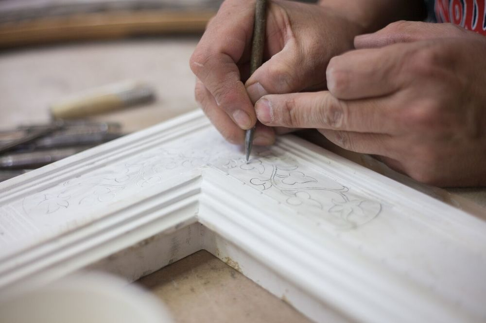 Bulinatura, or incised gesso, is the art of carving lines over the gesso surface to create soft ornaments in preparation for the application of gold.