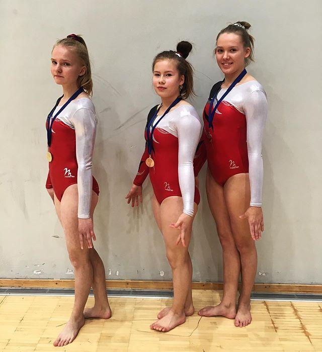 E-luokassa Ronja voimisteli tänään kultaa nojapuilta, Pihla pronssia permannolta sekä Katariina pronssia nojapuilta😍✨