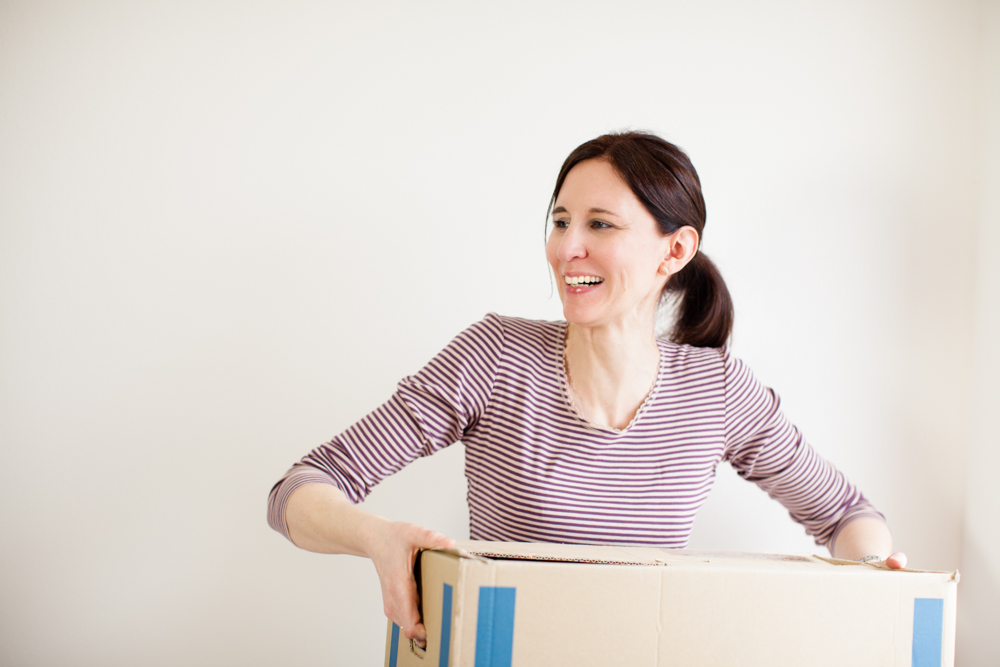 Maja Dvorak Aufräumfreuden zupackende Unterstützerin trägt Umzugskiste