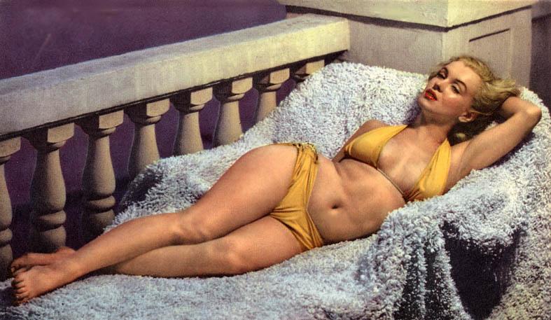 Marilyn Monroe teve várias fases (como a maioria das pessoas). Já esteve mais malhada, mais magra e mais cheinha. Mas sempre transbordava confiança e sensualidade, como nessa foto. Por isso, até hoje é considerada uma das mulheres mais bonitas da história do cinema. Cuide-se porque se ama e não para seguir um padrão imposto de fora.