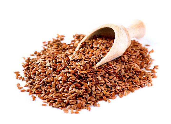 A linhaça é rica em fibras e ômega-3, reduzindo a inflamação do corpo, melhorando o funcionamento intestinal e a memória.