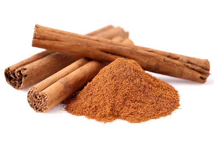 A canela é fonte de compostos que reduzem o risco de infecções respiratório, regulam a glicemia e melhoram o apetite sexual.