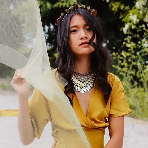 Golden summer ☀️ . Also: The Teela Tiara will have some new color styles out soon 👑  Stay updated via our mailing list 📩 . . 📸 @_elizabethkathryn , model @_geneieve , styling @yourhandinmine . . . #chain #necklace #silver #goldenrod #yellow #buttercup #queen #ladyboss #jewelry #jewellery #fashion  #fashion #style #seattlefashion #greenery #dragonscale #chainmail #daenerystargaryen #pnwstyle #bridal #tiara #tassel #scalemail #scalemaille #treatyoself