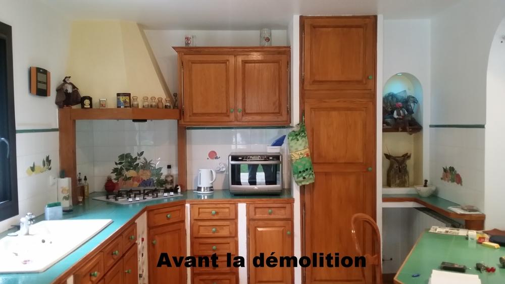 """Cette cuisine existait depuis l'origine de la maison. Nos clients la voulait contemporaine. Nous l'avons choisi chez un constructeur """"Schmit""""."""