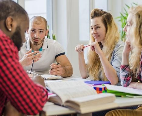 jovenes-estudiando-juntos-en-una-mesa_23-2147655990.jpg