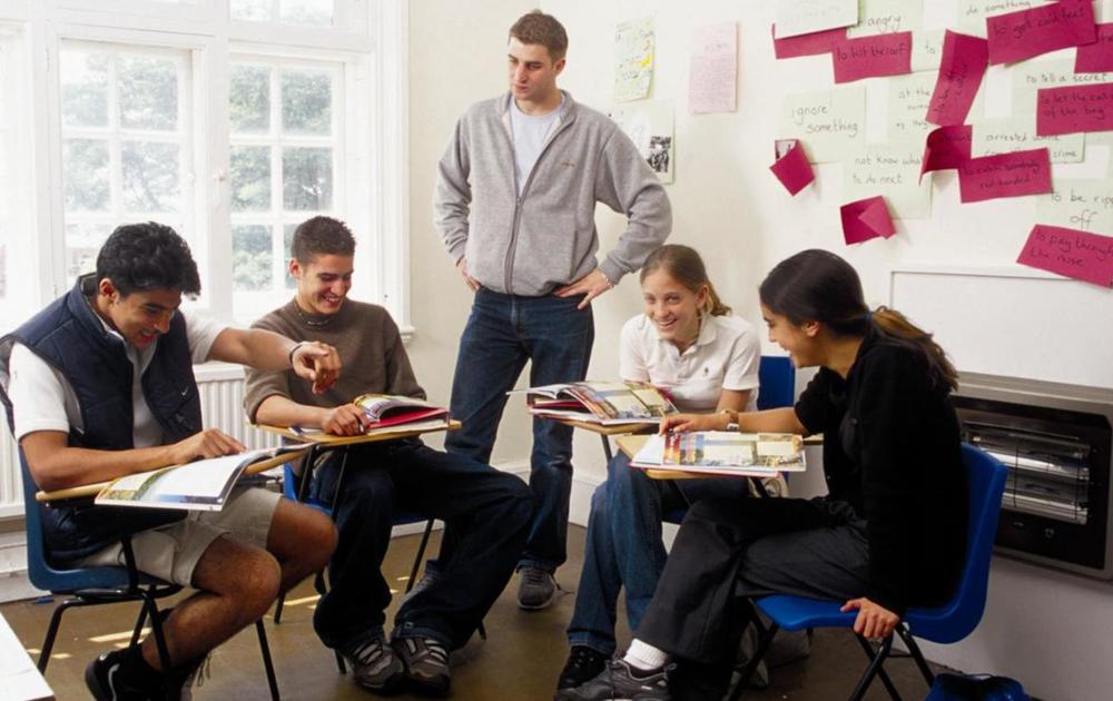 Las clases están compuestas en grupos entre 4 hasta 12 estudiantes por profesor.