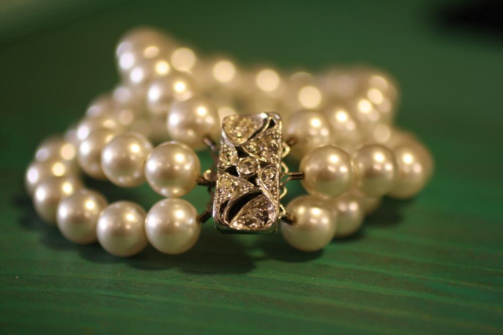 Breakfast at Tiffanys Triple Strand Pearl Rhinestone Clasp VCON Bracelet_02.JPG