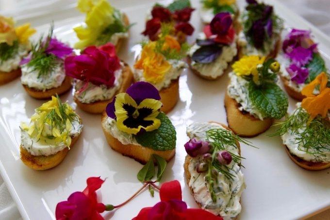 crostini-edible-flowers-herbs-Spring-Garden-platter-680x453.jpg