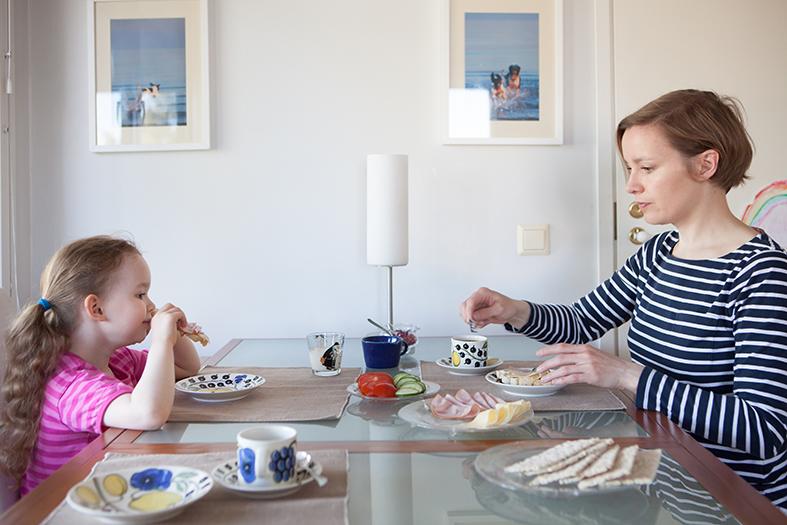「ふだん着のフィンランド」から。とあるお宅の食卓。「トナカイのシチュー」のレシピも紹介されています(日本では作れるのだろうか・・・ということはさておき。)  / Photo: Katariina Jarvinen