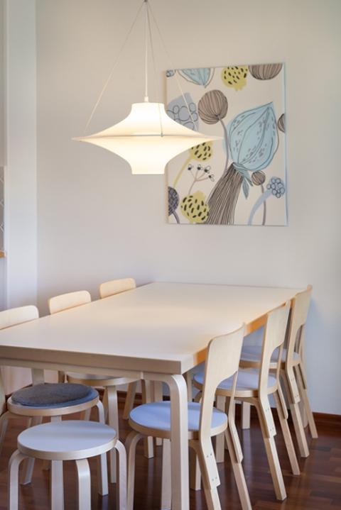 「ふだん着のフィンランド」から。とあるお宅のダイニングの様子。アルヴァ・アアルトの家具でまとめられています。/ Photo: Katariina Jarvinen