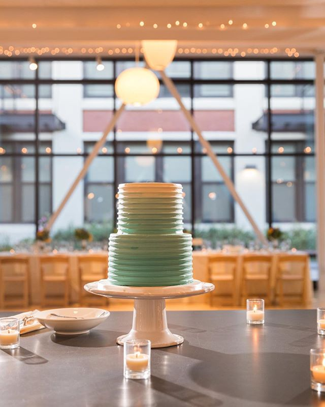 That ombré frosting though 📸 by @evahoweddings