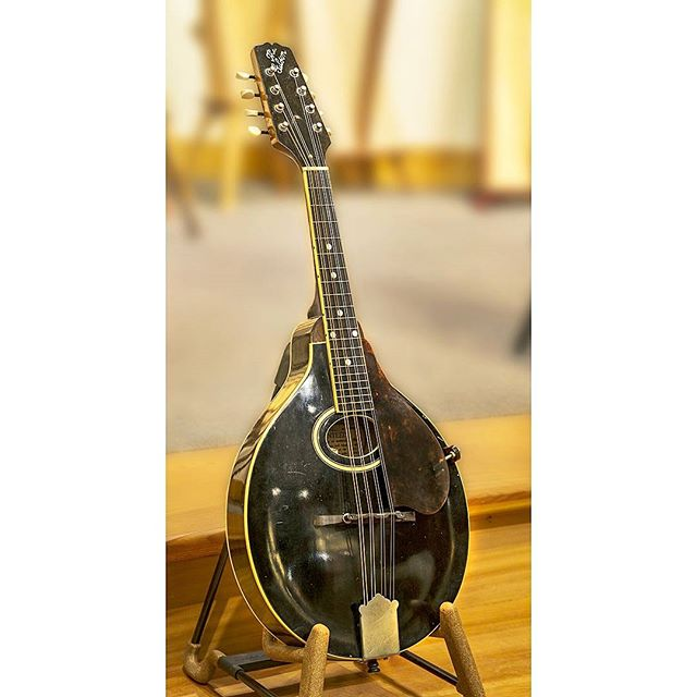 Considered by some people  to be one of the best A-model mandolins ever built by Gibson, this is a 1923 A-2Z mandolin. This example is in fine shape and is an extraordinarily great sounding instrument. This one can be found at Dusty Strings in Seattle.  #mandolin #themandolinplayer #gibsonmandolin #bluegrassmusic #lloydloar #seattle