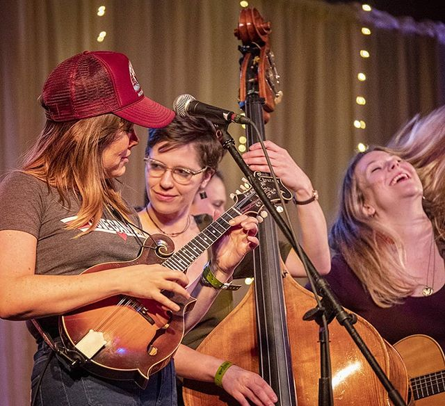 A fantastic performance by Della Mae at Wintergrass 2019. Jenni Lyn Gardner takes a solo on her Chestnut F5 mandolin alongside Zoe Guigueno on bass and Celia Woodsmith on guitar.