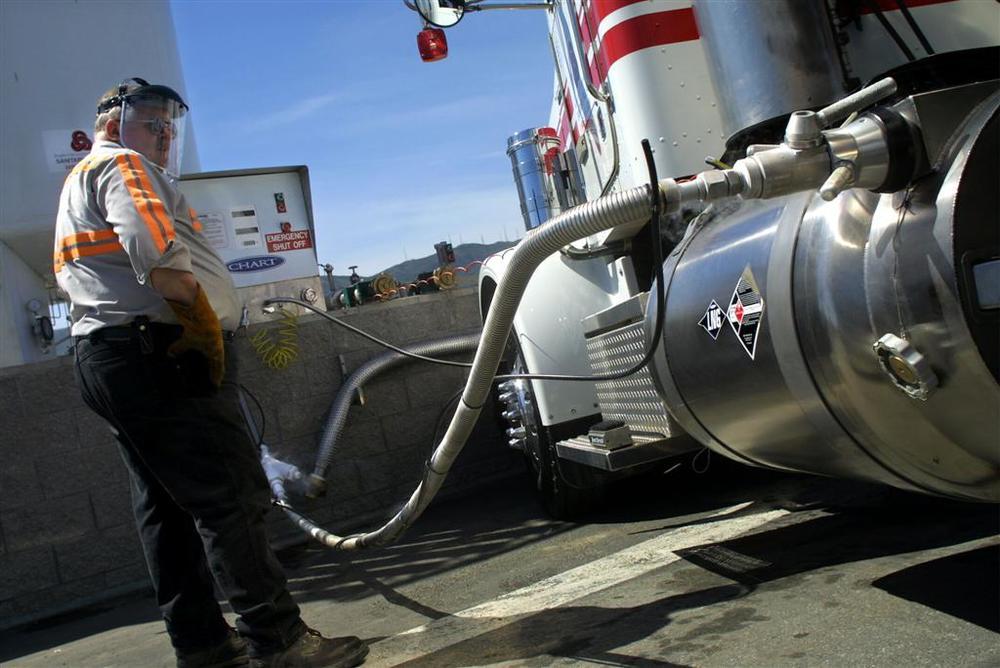 LNG fueling.JPG