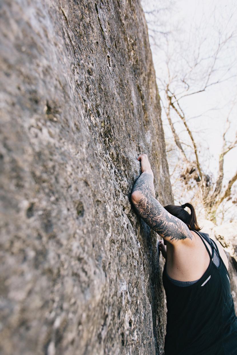 CindyGiovagnoli_photographer_outdoor_climbing_adventure_Texas_Austin_BullCreekPark_bouldering-016.jpg